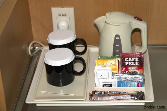 Hilton Sao Paulo Morumbi: Chaleira elétrica disponível no quarto, chás e café solúvel :(