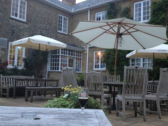 The Queens Arms : The back garden