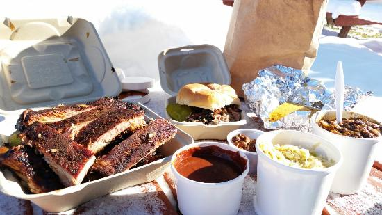 Smokin' Good BBQ : Full rack of ribs, pulled pork sandwich, chili, wild sauce, slaw, hot cashews and cornbread.