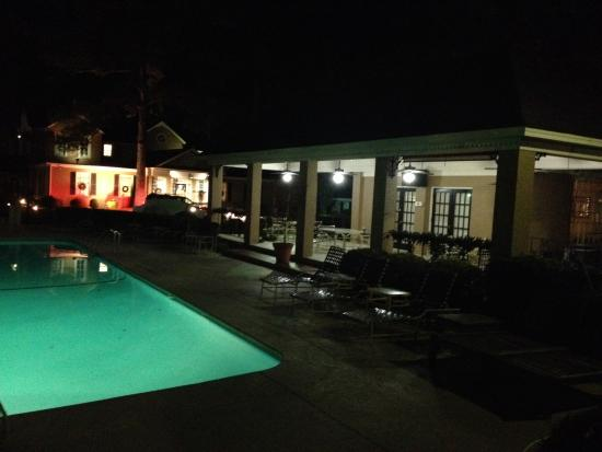 Merry Acres Inn: Pool and patio