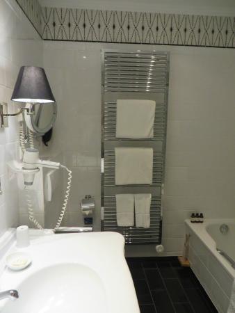 Fairmont Hotel Vier Jahreszeiten: Bathroom Towel Warmer