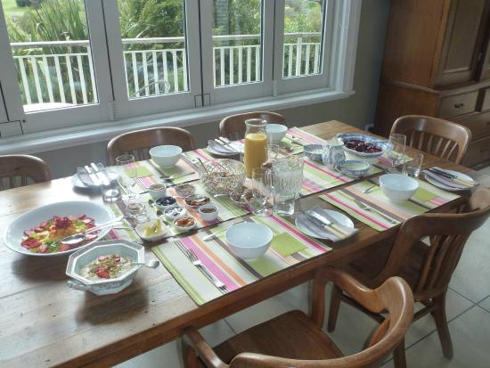 970 Lonely Bay: Breakfast served in the downstairs dining room