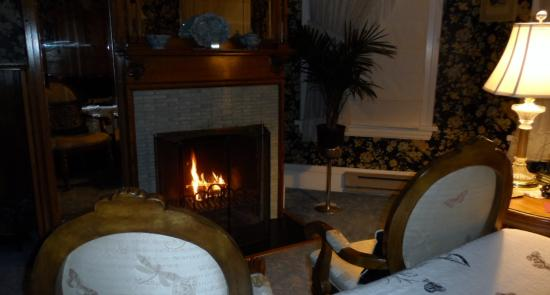Old Rittenhouse Inn: A fireplace in every room!
