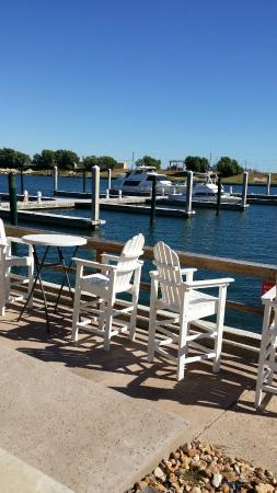 Redfish Willies Waterfront Grill : Outside patio where dogs are allowed