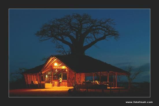 Kilwa Seaview Resort: Night View of the Restaurant