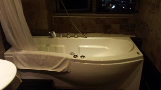 La salle de bain avec jacuzzi - Picture of ORCHID HOTEL, Hue ...