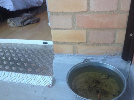 Hotel Palacios : Detalle de bienvenida en la terraza. Cubo de agua con colillas.