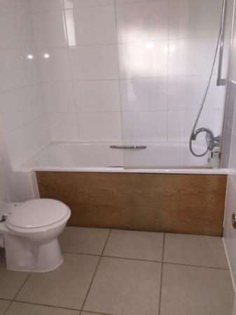 Highfield Park: clean, basic bit horrible old wooden bath panel