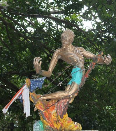 Plaza Cuartel: памятник погибшим