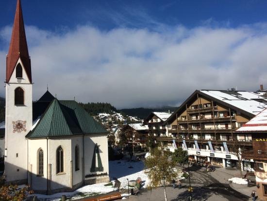 Krumers Post Hotel & Spa: Sicht auf den Dorfplatz