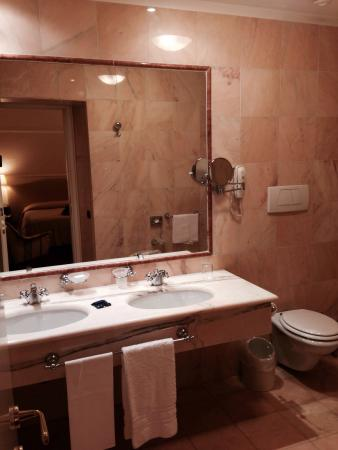 Ambasciatori Palace Hotel: Bathroom