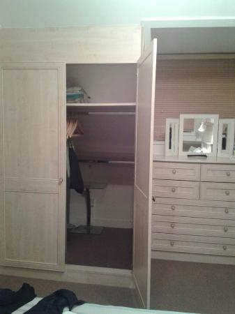 Cunard Guest House: Loads of storage space!