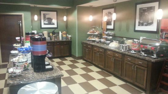 Hampton Inn Huntington University Area: Breakfast bar was awesome