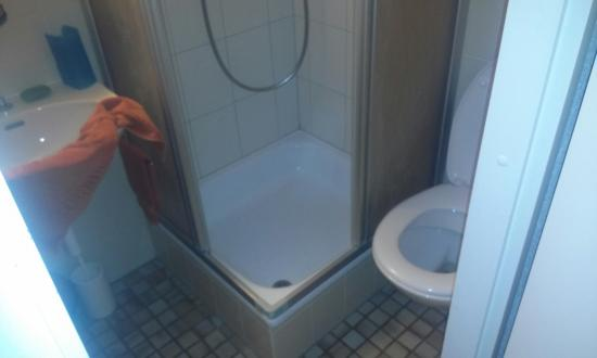 Hotel Rebe: WC, Dusche, Lavabo