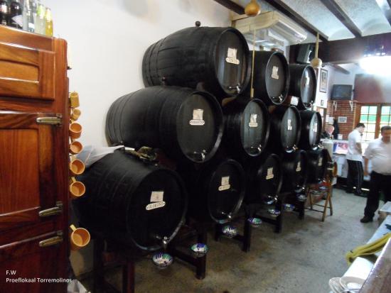 La Campana: De vaten wijn stonden op een stelling tegen de muur .
