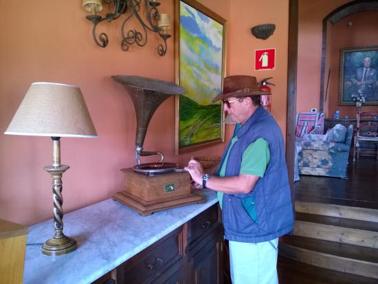 Hotel Rural Finca Salamanca : Frank demonstriert das alte Grammophon im Herrschaftszimmer