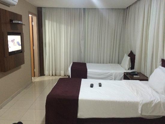 Esplanada Brasilia Hotel: Quarto amplo