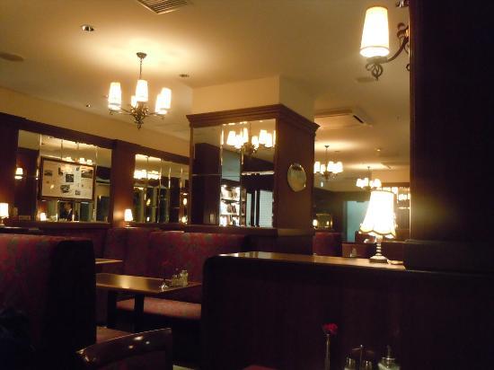 CAFE LANDTMANN Omotesando: アンティーク調の店内