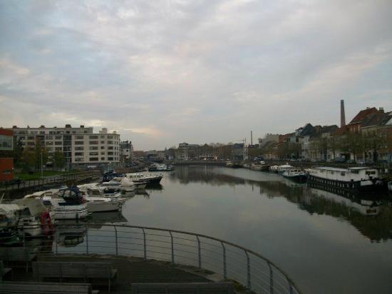 Swimming Pool Van Eyck: La piscine est à gauche