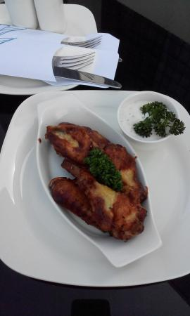 Novotel Abu Dhabi Gate : Chicken wings with blue cheese dressing @ the pool