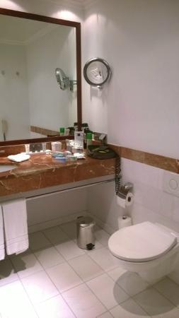 Dorint Maison Messmer: Baño
