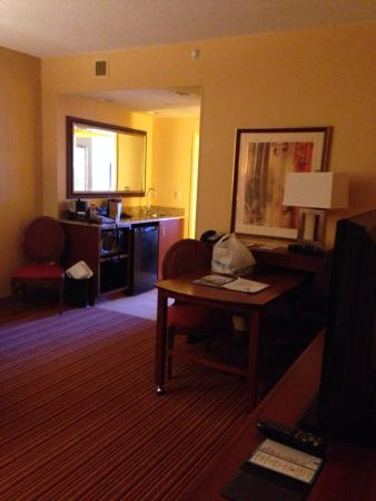 Embassy Suites by Hilton Norman - Hotel & Conference Center: Looking from entrance in to living area