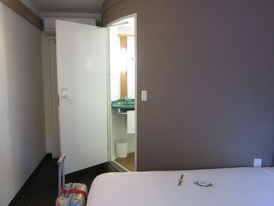 Ibis Sydney Airport: Bathroom entrance