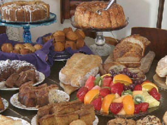 The Tuck Inn B&B: Hearty Breakfast Buffet at the Inn