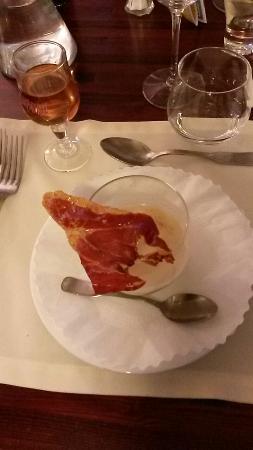Le Brantalou : Mise en bouche velouté de choux fleur avec un chips de jambon de Bayonne