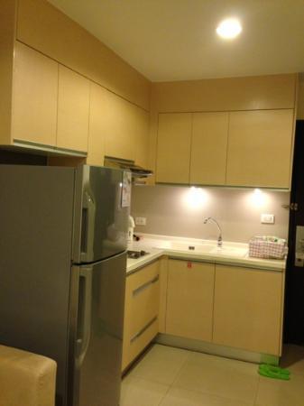 Viva Garden Serviced Residence: The kitchen area w/ full-sized fridge