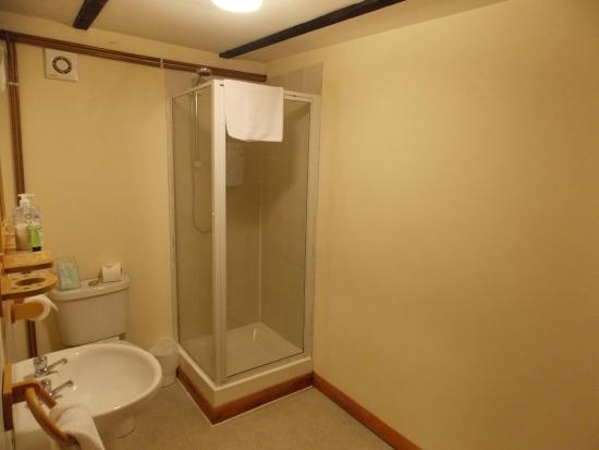 Gatwick Little Foxes Hotel: Good size bathroom