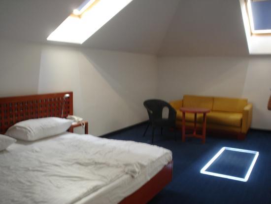 Alfa Hotel Fiesta: detalhe quarto com clarabóa