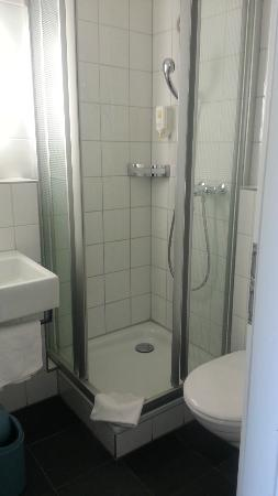 Bristol Hotel Zürich: Tiny Bathroom