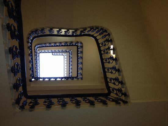 Fraser Suites Kensington: Staircase