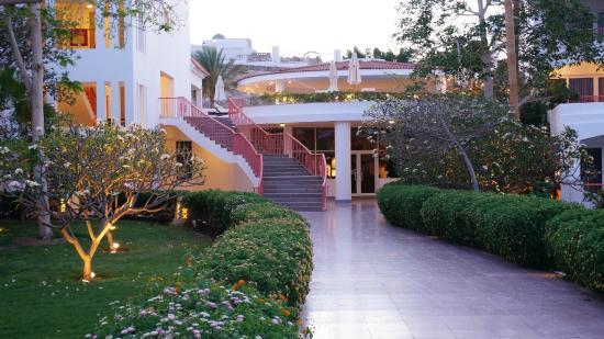 Baron Resort Sharm El Sheikh: крытый бассейн с морской водой вверху, СПА-салон внизу