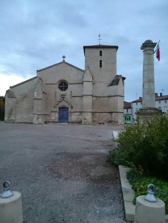 Hotel Le Central: Place et église face à l'hôtel