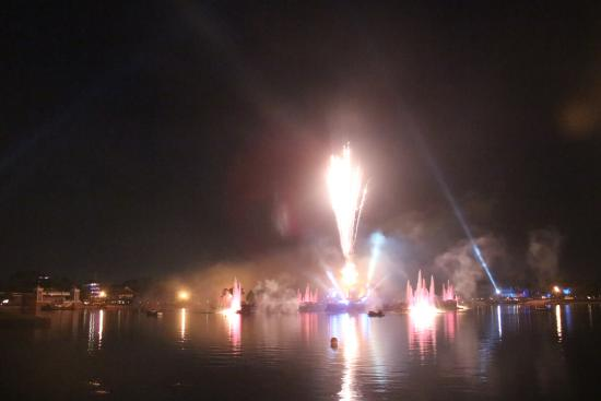 IllumiNations: Reflections of Earth: Big booms.