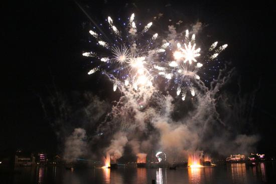 IllumiNations: Reflections of Earth: Big booms again