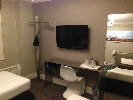 Chandler Inn: Desk and TV