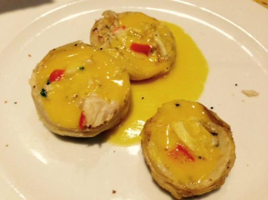 Isabella's Taverna & Tapas Bar : Our scallop and crab with no garnish- how bare!