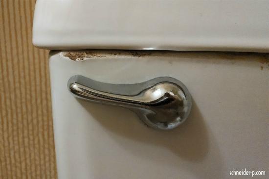The Hotel Fresno: Caixa de agua do vaso sanitário enferrujada