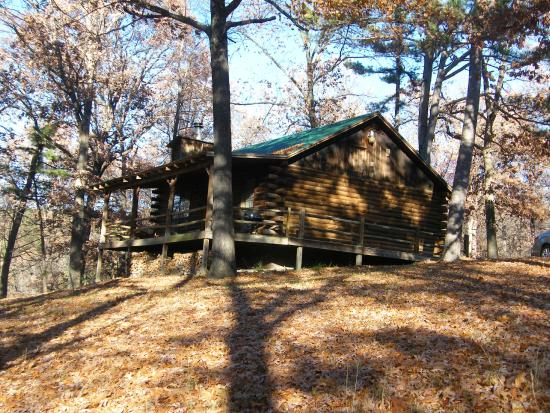 Silver Ridge Resort: Outside view looking towards the porch with the entrance to the cabin.