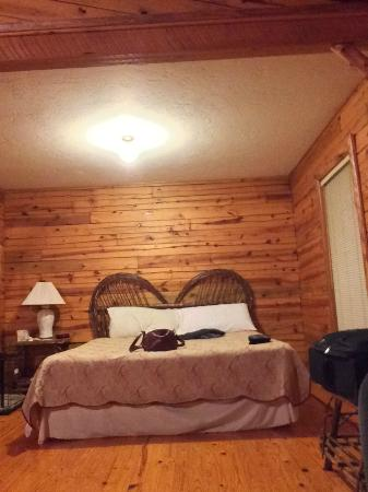 Silver Ridge Resort: Sleeping area in the large room that includes the kitchen and living area.