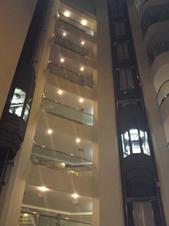 Rose View Hotel : Atrium showing the lifts and room floors