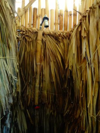 Hostal Barca de Oro: narrow shower