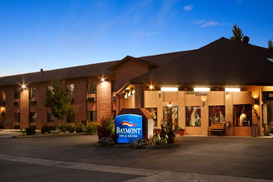 Baymont Inn & Suites Anderson : Outside at Night