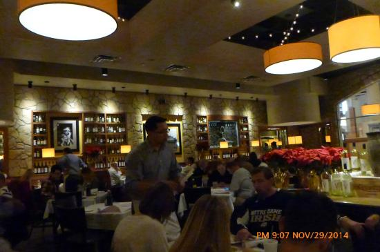 Romano's Macaroni Grill: lots of tables
