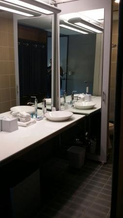 Aloft San Antonio Airport: Nice modern bathroom...roomy shower!!!