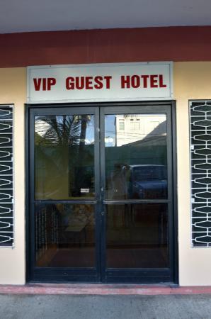 VIP Guest Hotel: 質素なホテルの玄関.