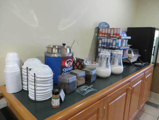 Country Inn & Suites By Carlson, Mount Morris: Breakfast